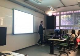 O desenvolvedor de sistemas do Nupad, Flávio Henrique, fala para alunos da UFMG. Acervo Nupad.