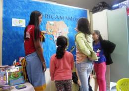 Na brinquedoteca, a estagiária de pedagogia, xxx, ensina sobre o continente africano. Foto: Rafaella Arruda.