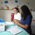 A técnica Monique Fidélis e a ACS Géssica Barbosa preparam material para realizar a coleta. Foto: Rafaella Arruda.