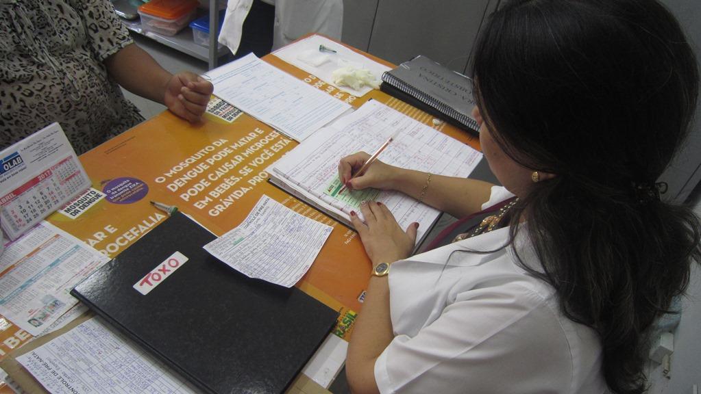 Anotação dos dados da gestante antes da coleta (Clínica da Mulher/Três Corações). Foto: Rafaella Arruda.